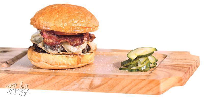 牛肉漢堡——漢堡柔軟肉汁多,麵包也用名店Bread Elements的出品,放久了仍然鬆軟美味。($90,A)(圖:馮凱鍵)