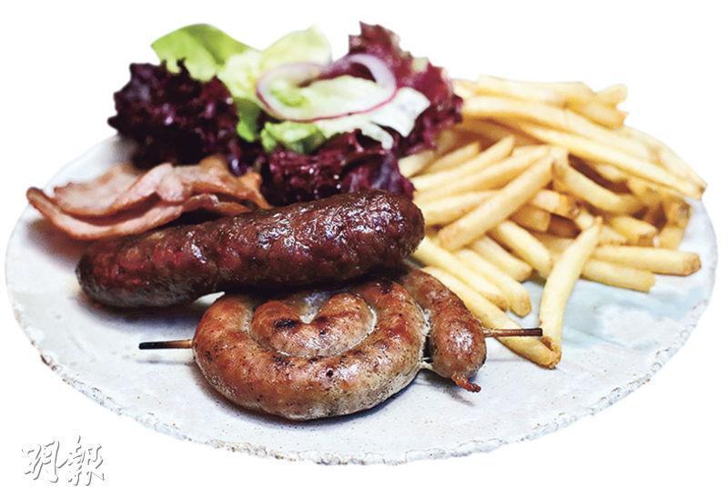 牛肉啤酒腸、豬肉腸、英國煙肉——豬肉腸香甜,牛肉腸味濃,配上冰凍啤酒最叫人興奮。($198,B)(圖:曾憲宗)