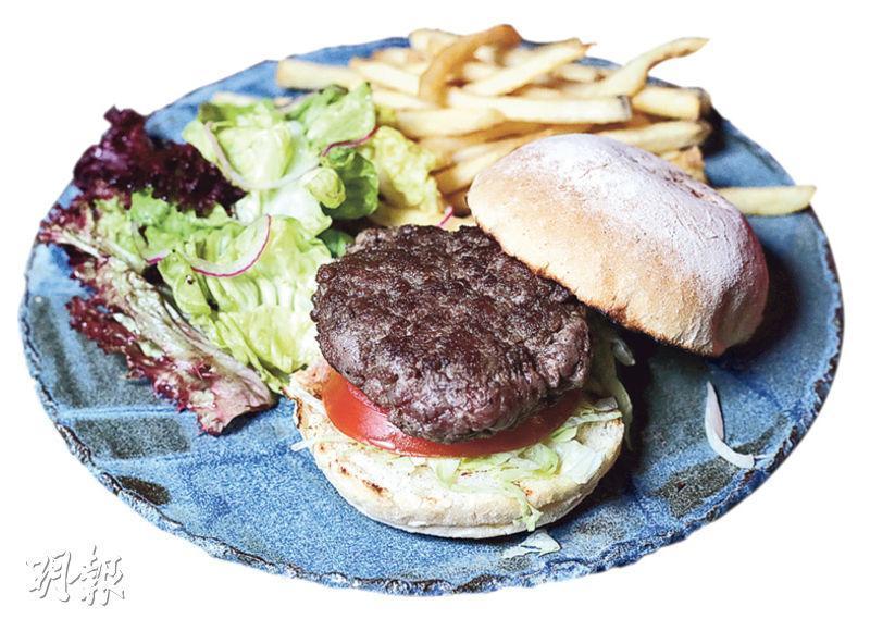 風乾牛肉漢堡——牛肉看來比較乾身,但吃落不覺韌,肉打得很鬆化,牛味濃。($198,B)(圖:曾憲宗)