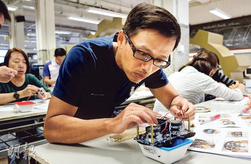 香港仔工業學校全體教師在過去的教師發展日動手砌喇叭,體驗學生平日製作STEM玩意的感受,教師口中最大的難題,原來是裝嵌外殼及「入榫」過程,因榫位一旦前後、左右或上下調轉,也要把整個外殼重新砌一次。 (香港仔工業學校提供)
