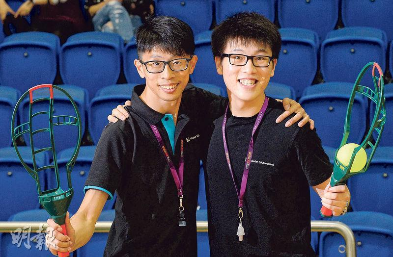 Master Edutainment Ltd共同創辦人岑智榮(左)與該公司員工展示從台灣引入的旋風球(Flyball)。