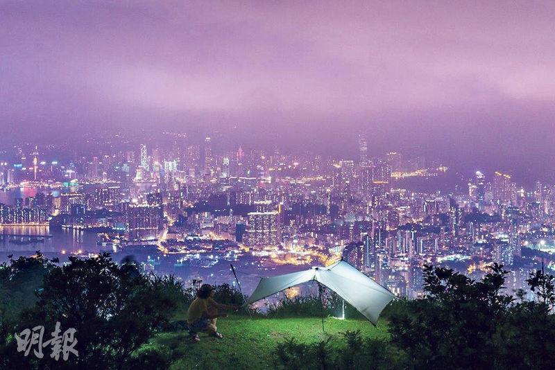 80後山系攝影師黃嘉安成日去唔同地方露營同影相,好似呢幅夜景作品就喺九龍區某個高點拍攝,盡覽港島夜景。(受訪者提供)
