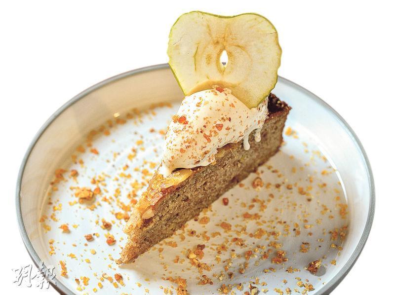 杏仁蘋果蛋糕伴小荳蔻雪糕及杏仁朱古力糖$78——精髓在於微微濕潤的蛋糕,入口帶杏仁朱古力鳥結糖的香脆口感,香滑雪糕為蛋糕更添一重滋味和香滑口感。(圖:楊柏賢)