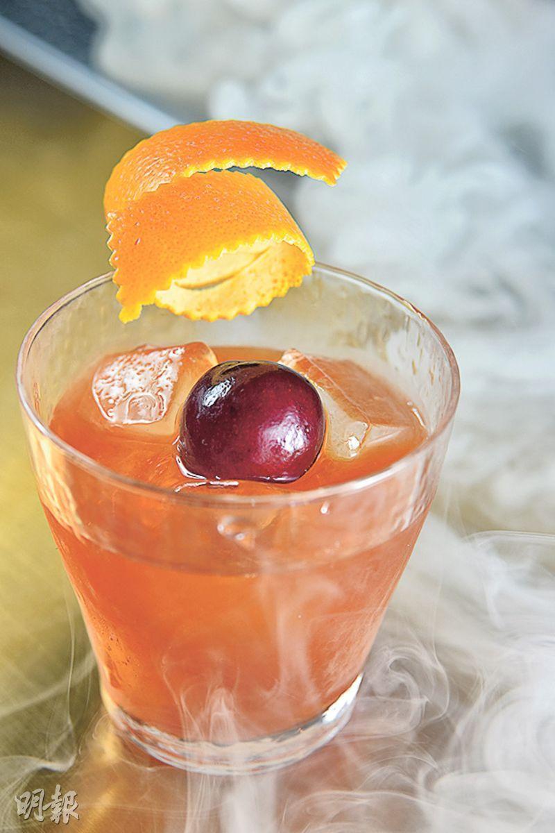 Hickory Old Fashioned $120——以威士忌作基調,加入楓糖漿、Aromatic Bitters,Bar Tender直接把煙熏的煙霧直接注入酒裏,入口充滿煙熏香。(圖:黃志東)