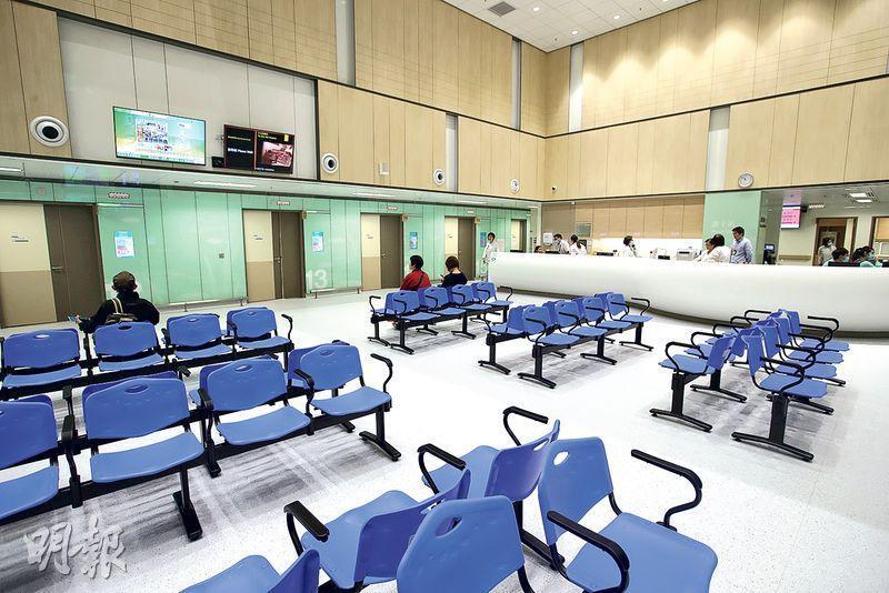天水圍醫院樓底高,予人寬敞感覺。圖為位於1樓的專科門診。(曾憲宗攝)