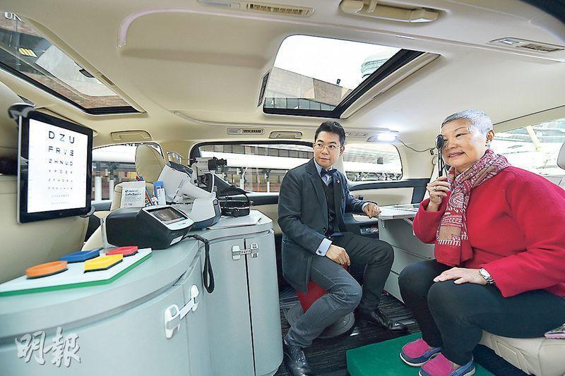 理大的新流動車有多部儀器,可供該校學生及專業視光師(左)為服務對象檢查視力,還可接載服務對象去理大診所,使用診所才有的儀器進行視網膜掃描等檢查。(理大提供)