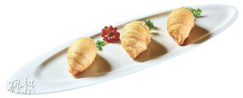 西班牙火腿蘿蔔絲酥餅——層層酥香的金黃酥餅內,除了白蘿蔔幼絲,師傅特地以60個月西班牙黑毛豬火腿肉,取代坊間常見的瑤柱絲,鹹香獨特,為平白的蘿蔔提香。($68/3件)(圖:黃志東)