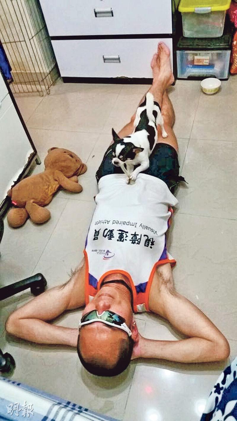 視障跑手梁小偉準備出征南極超級馬拉松,佢話會好掛念小狗Hugo,擔心Hugo都會掛住佢。(香港動物報提供)
