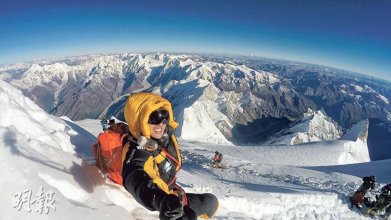 馬納斯盧峰——經過一個月艱辛挑戰,終於登上了馬納斯盧峰,腳下是連綿的壯麗山景。(圖:受訪者提供)