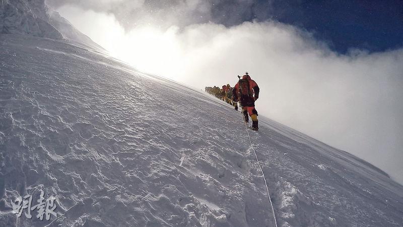 垂直冰牆——在Camp 2到Camp 3的路段,登山者需攀越一幅垂直冰牆,牽涉高難度的攀冰技術。(圖:受訪者提供)