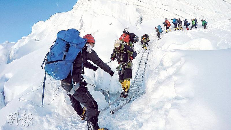 繩索助行——攀山者需熟悉繩索系統,登山過程中互相協助,將繩索嵌入冰雪中助行。(圖:受訪者提供)