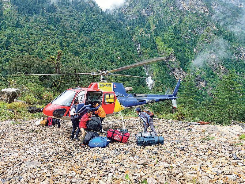 直升機代步——Elton為爭取時間攻頂,從登山口乘直升機往約2500米,節省約一周步行時間。(圖:受訪者提供)