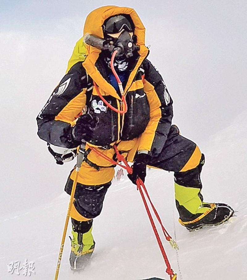 Down suit——黃色的羽絨及雪鞋(圖)可抵受-40℃低溫(圖:受訪者提供)