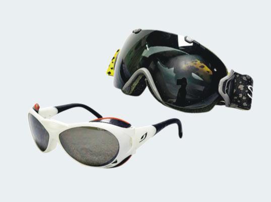 眼鏡——雪鏡(左),減低雪地陽光反射及紫外線傷害;後備太陽眼鏡(右),防止雪鏡溫差太大結冰或丟失(圖:受訪者提供)
