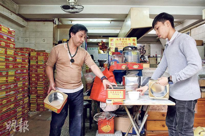 孔氏一家製作蛋卷,凡事親力親為,就連鐵罐上的招紙,也是孔氏父子孔慶明(左)和孔詠健(右)一張一張貼上。(曾憲宗攝)