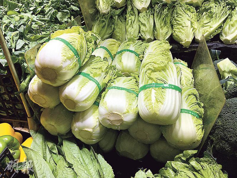 本報記者在4個零售點購買旺菜及菠菜樣本,化驗後沒驗出甲醛。有蔬菜業界稱,綑綁膠帶的主要目的是避免蔬菜散開,但他承認綁旺菜有點多餘。圖為小西灣街市出售的旺菜。(袁樂婷攝)