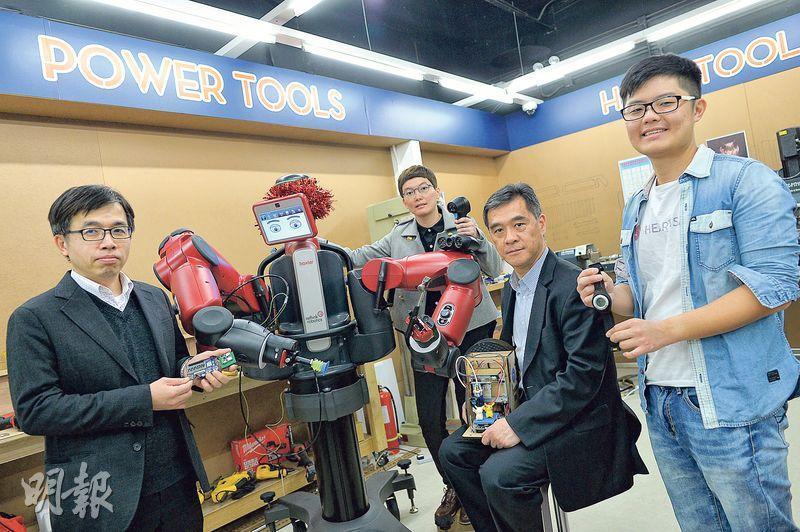 位於科學園的機械人創作坊引入了5部協作式機械人,科技園公司技術主管霍露明(中後,灰衣)表示,只要教授圖中紅色的協作式機械人Baxter做某個動作,它就懂得重複進行。科學園公司創業培育計劃主管莫偉軒(右二)相信機械人創作坊長遠能推動再工業化,讓業界了解機械人技術。右一為Heartisans創辦人之一呂衍衛,左一為艾睿電子工程方案中心總監陳旭昇。(蘇智鑫攝)