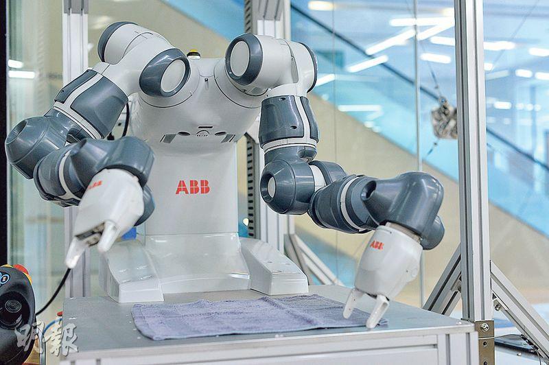 機械人創作坊的5部協作式機械人中,以圖中的雙臂機械人YuMi最昂貴,約值60萬元。它像紅色機械人Baxter一樣具有雙臂,但YuMi更靈活,能處理摺毛巾這類更細緻的動作。(蘇智鑫攝)