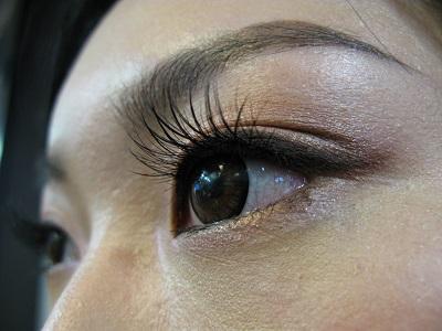 在眼部中間(眼珠闊度位置)貼上假眼睫毛。(圖4)
