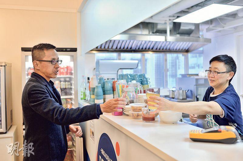 香港寬頻自2015年開始,將員工飯堂交予社企「寬樂坊」管理;寬樂坊一向致力協助傷健人士等弱勢社群就業,並自負盈虧。圖左為香港寬頻(1310)行政總裁楊主光。