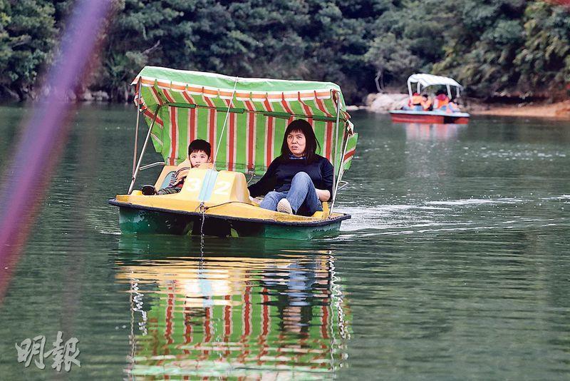 黃泥涌水塘公園的水上單車服務將於情人節結束。有母親得悉消息後,昨午專程帶兒子同遊,回味童年時光,慨嘆本港愈來愈少休閒活動的地方。(李紹昌攝)