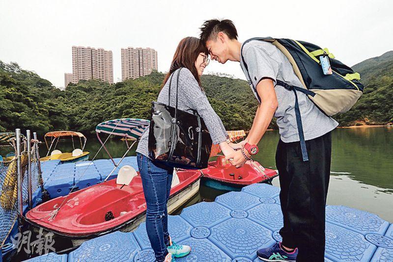 遊人心聲﹕年輕情侶林先生(右)及余小姐(左)早前得知黃泥涌水塘的水上單車承辦商即將結業,昨午特意前來拍拖。兩人昨首玩水上單車,同說公園環境寧靜舒服,「如果能保留(水上單車)就好了」。林說香港「好玩地方」愈來愈少,平日拍拖多到大商場及主題公園,非常沉悶。他認為水上單車設施宣傳不足以致無人前往遊玩,慨嘆「知道結業才去玩,已經太遲」。(李紹昌攝)