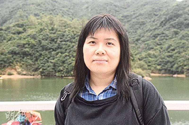 遊人心聲﹕葉女士(圖)昨帶讀小學的兒子到場遊玩,對於水上單車承辦商即將結業,她說「超級不捨」。葉說以往偶爾來玩,指黃泥涌水塘公園是少數仍提供水上單車的地方,覺得「幾好玩」,非常適合家庭活動。她認為香港可作休閒活動的地方已不多,政府應「大力保留」這裏的遊樂設施。(鄧柳媚攝)