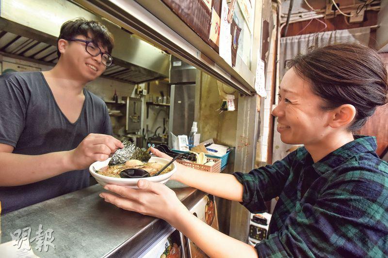 濃情拉麵店——年輕老闆黃偉傑(左)與妻子山下佐和(右)育有女兒理穗,一家和睦溫馨。(圖:黃志東)