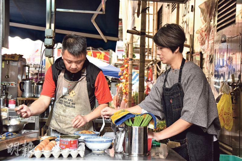 合拍夫妻檔——老闆姚有福(左)與妻子Elaine(右),合力經營大牌檔已有五年,「男主內女主外」,非常合拍。(圖:黃志東)