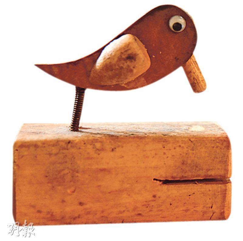 鐵漢的溫柔——做好訂單後,在廚房的老闆會輕敲啄木鳥擺設兩下,提醒妻子取餐奉客。(圖:黃志東)