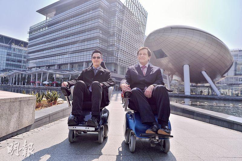 胡競樂(左)和Richard Hainsworth合組天行動力科技,首創在電動輪椅中加入輔助駕駛功能,乃極少數在香港研發兼組裝的高科技電動輪椅。