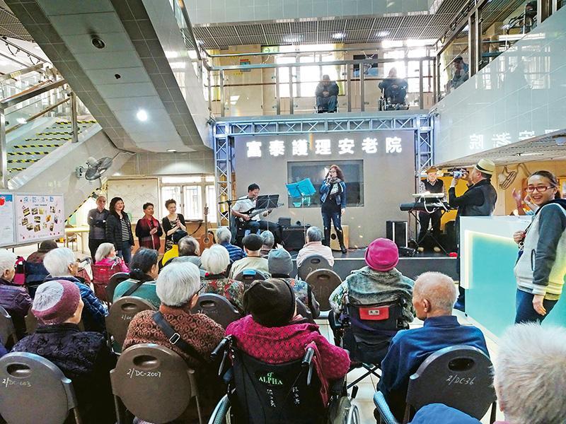 富泰護理安老院護士院長陳黃金旺表示,照顧長者必須要有愛心和耐性,以心待人,才能讓老人家在院舍內安心樂渡晚年。