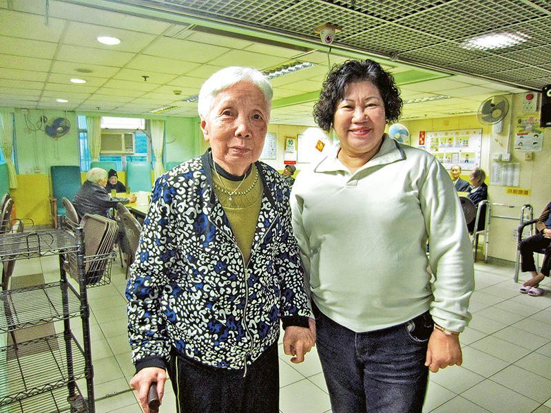 富泰護理安老院護士院長陳黃金旺(右)與林秀華婆婆(左)