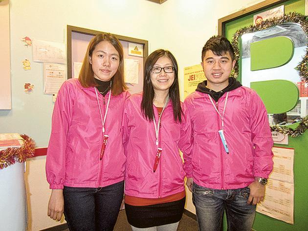 JEI Learning Centre青衣分校校長周麗華(中)與她的導師團隊。