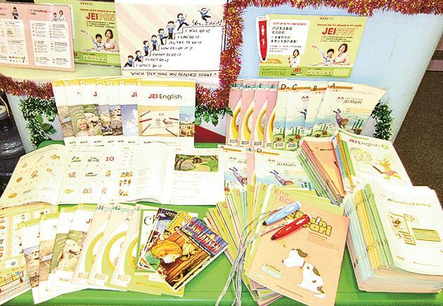 學習中心內的教材林林總總,課本都以不會引起刺激和敏感的豆油印刷。