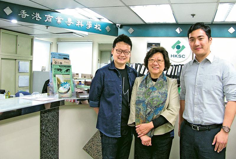 香港商業專科學校校長邱韞華(中)、助理校長曹敏和(右)及行政及公共關係高級主任陳偉基(左)。