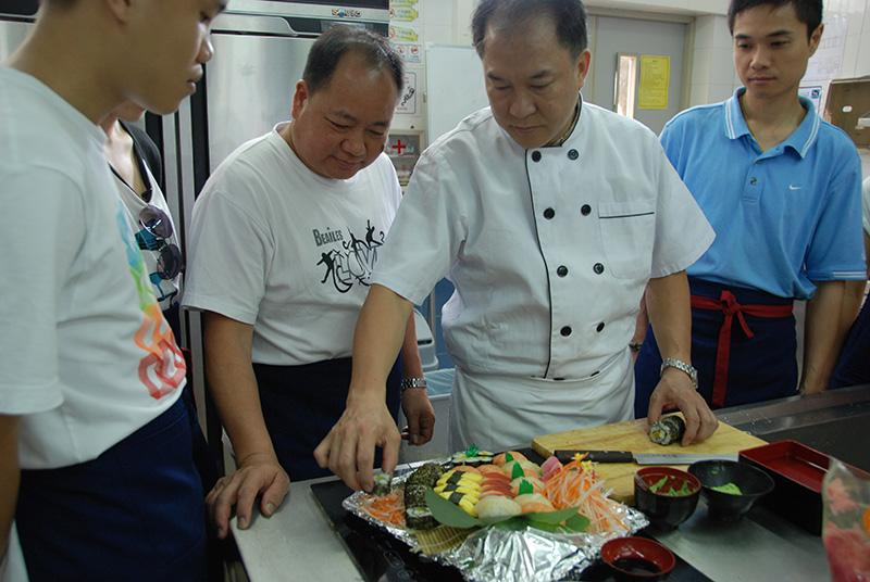 「日本料理初級廚師基礎證書」課程中,導師選用真正的食材,教導同學製作各類日本美食。