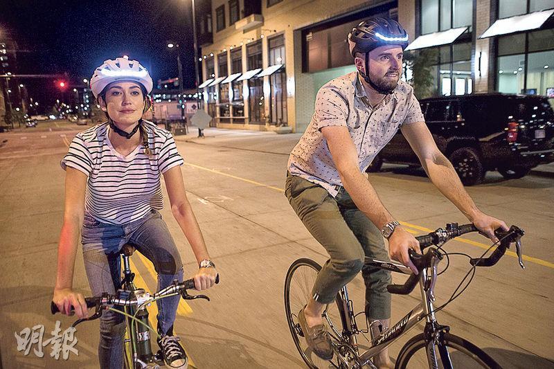 智能單車頭盔「Lumos」係由兩個年輕人於香港科學園開發,至今賣出1.5萬個,用家主要來自美國、英國及歐洲。頭盔設有顯示燈,可以畀其他司機知道單車轉向同減速。(受訪者提供)