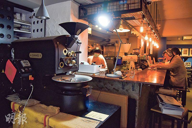 烘豆戰友——近門口有部不起眼的荷蘭Giesen烘豆機,容量達1公斤,一直是Vincent的戰友。(圖:黃志東)
