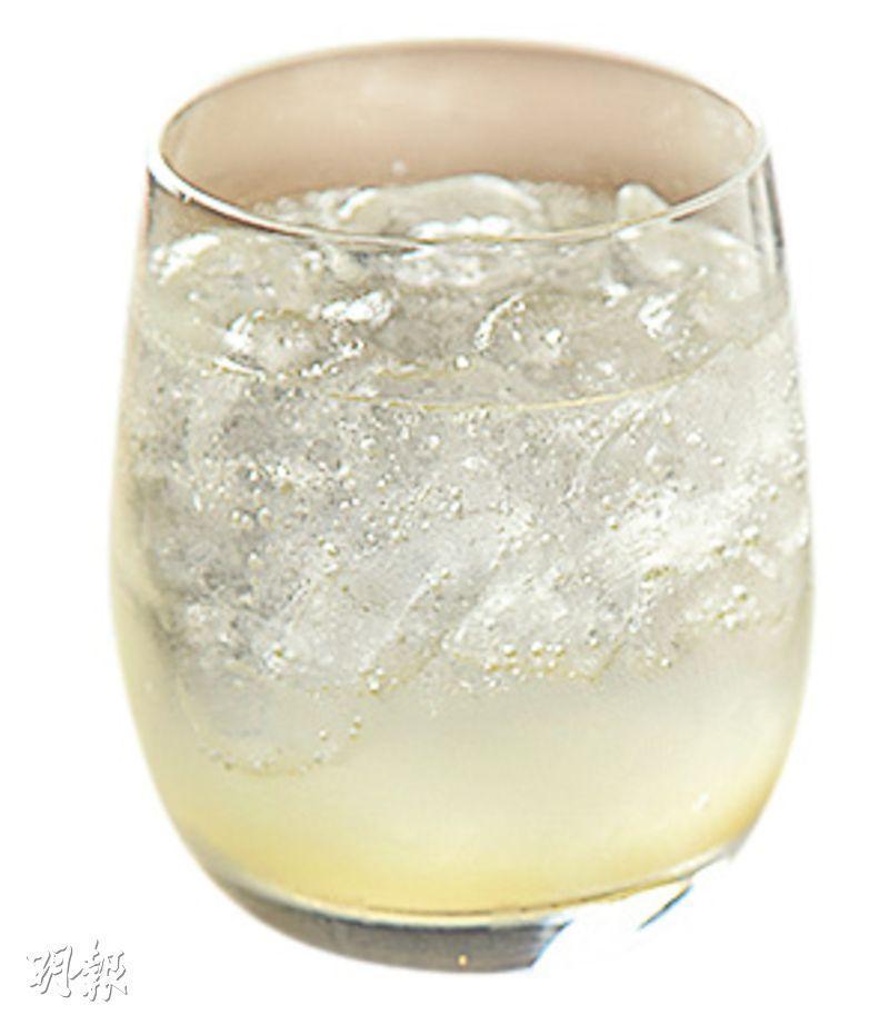 Homemade Lemonade & Tonic——開店以來熱賣的非咖啡因飲料,奉客時即場灑上檸檬皮汁液提香。檸檬香跟氣泡極融和,清甜自然。($48,A)(圖:黃志東)