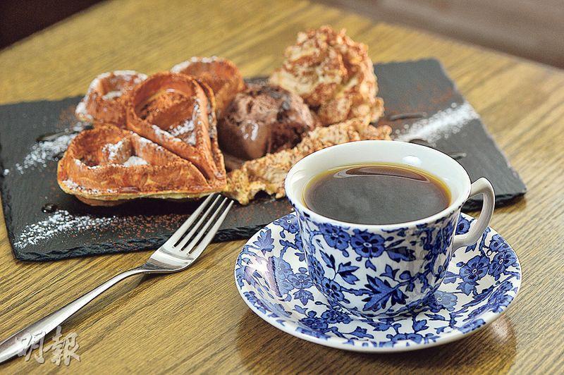 2016最佳巴拿馬競標批次日曬PA-TN-05Don Mariano咖啡,配以原味窩夫配伯爵茶忌廉、楓糖漿及特濃朱古力雪糕——莫偉健用上特製的冲煮濾杯、手法及瓷杯,將這款中焙咖啡豆冲得柔和圓潤,放大熱情果、紅莓及香料風味,清晰有勁,有別坊間常見的清爽活潑調子。配以即叫即焗的心形窩夫,香脆煙韌;伴伯爵茶忌廉和朱古力雪糕,清香、香濃兼備。(前,$95/杯;後,$85/份,B)(圖:鄧宗弘)