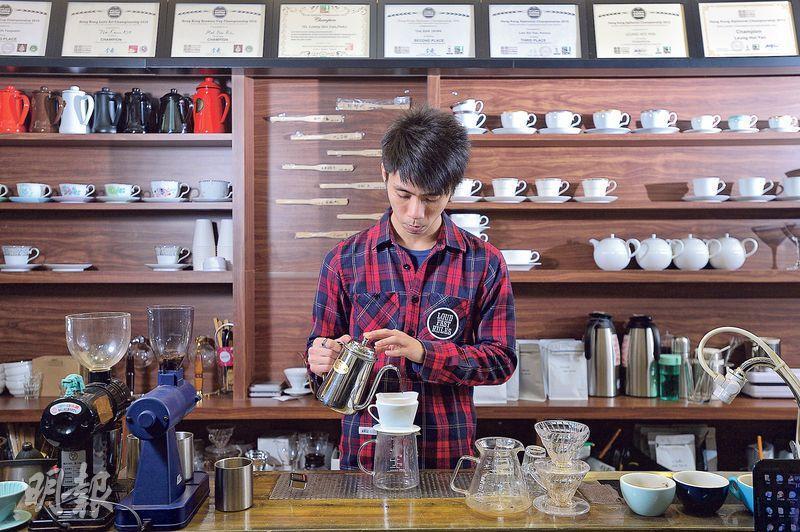 一絲不苟——老闆兼烘焙師莫偉健(圖)對咖啡認真,預熱、浸濕濾紙、繞圈注水等,一絲不苟。(圖:鄧宗弘)