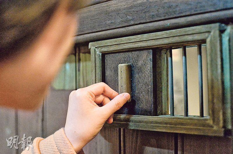 圖中藍屋74號1樓約600呎單位保留了昔日木門的防盜眼,以這個單位為例,除這昔日供出入的木門,復修後亦加設了另一道門,作日後住客的新出入口。(馮凱鍵攝)