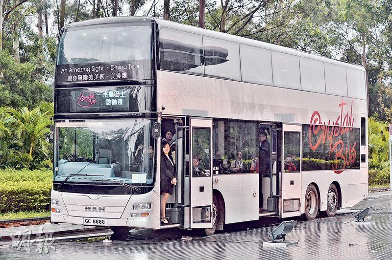 全港首架觀光巴士餐廳「水晶巴士」今日首航,巴士車身以銀色同灰色做主調,貼上大量閃爍裝飾,全車可載47名乘客。(馮凱鍵攝)