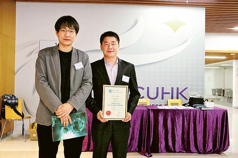 2015年的博士畢業生、現於大連理工大學擔任副教授的劉亞華博士(右)與王鑽開博士