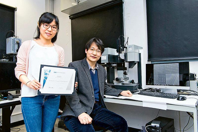 2016年奪得美國材料研究學會「傑出研究生金獎」的學生李京(左)與王鑽開博士