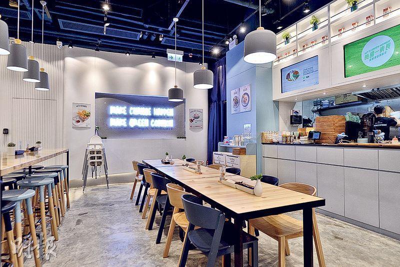 簡約路線——一室簡約素淨,選用木質餐枱椅,隨處可見不同的綠色標語。(圖:馮鍵凱)