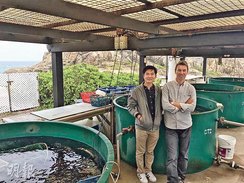 港大太古海洋科學研究所總監韋念時(右)和研究員鄭振輝(左)指出,近年愈多遊人到此遠足,令不少海洋研究實驗受阻,他們強調保護區內海洋物種十分豐富,呼籲港人一起保護這個珍貴的海岸保護區。(李詠珊攝)