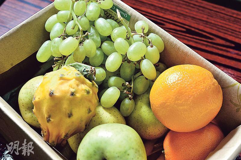 月送輕盈水果盒——每次水果盒款式都不同。最近有青森王林蘋果、厄瓜多爾麒麟果、美國新奇士橙及澳洲Thompson青提。用紙盒包裝,然後速遞上門。($298/次,$988/4次,1個月)(圖:楊栢賢)
