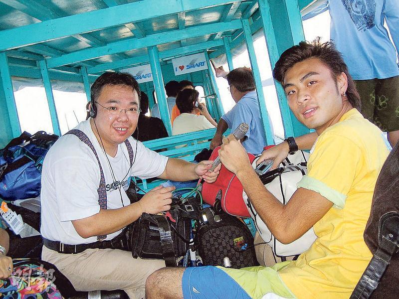 曾憲國(左)說,亞視以往有不少自家製作,他在2005年曾為節目《慧珊時尚坊》到菲律賓拍攝,身旁的是其中一名主持人甄思羽。(受訪者提供)